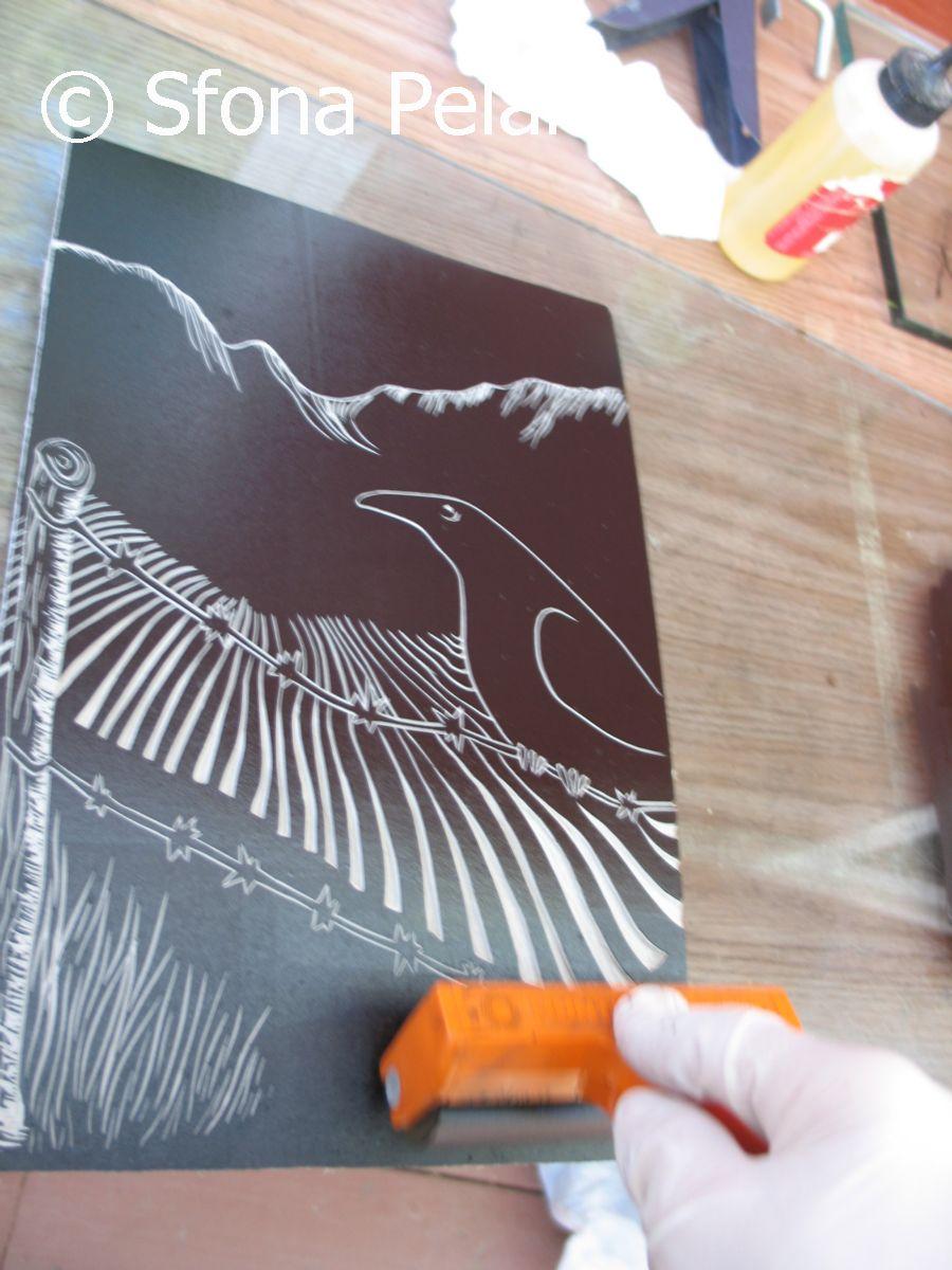 linoleum-cut-plate-being-inked